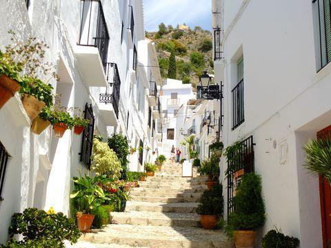 """スペイン南部のアンダルシア地方は見どころがたくさんあります。その中でも""""白い景色""""として有名なのがフリヒリアナという、とてもこじんまりとした素朴な村。「世界一美しい村」に選ばれたこともありますが、同じく白い街並みで有名なミハスに多く人が集まり、こちらはまだまだ観光客は少なめ。ですが、そこは絵葉書のような風景の広がる知る人ぞ知る隠れた観光名所です。そんな美しい村の魅力をご紹介します!"""