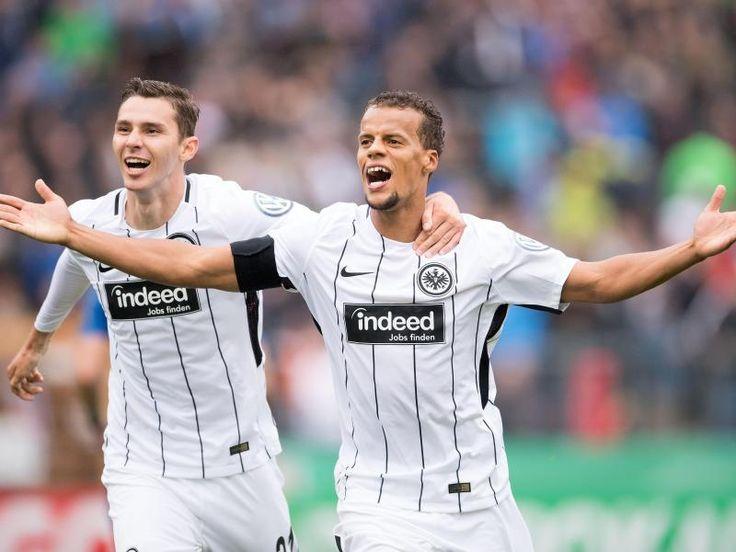 #SZ | #Frankfurt #trotz #frueher #Roter #Karte #in #der 2. Pokalrunde   Siegen.  In Unterzahl #hat Cup-Finalist #Eintracht #Frankfurt #eine Auftakt-Pleite #im DFB-Pokal abgewendet. #Der Fussball-Bundesligist muehte #sich #am #Samstag #beim Regionalliga-Aufsteiger #TuS Erndtebrueck #lange, ehe #der 3:0 (1:0)-Erfolg feststand. Von Ulli Bruenger, dpa   Knapp #drei Monate #nach #dem