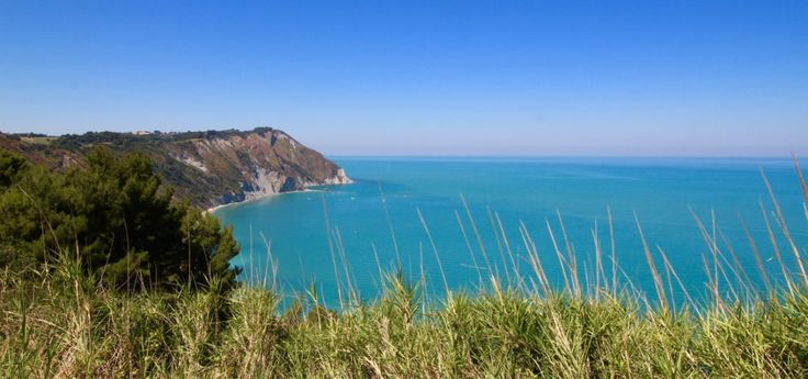 Azzurro infinito: nelle Marche, tra le poesie di Leopardi e la natura del Conero – Carnet de Voyage