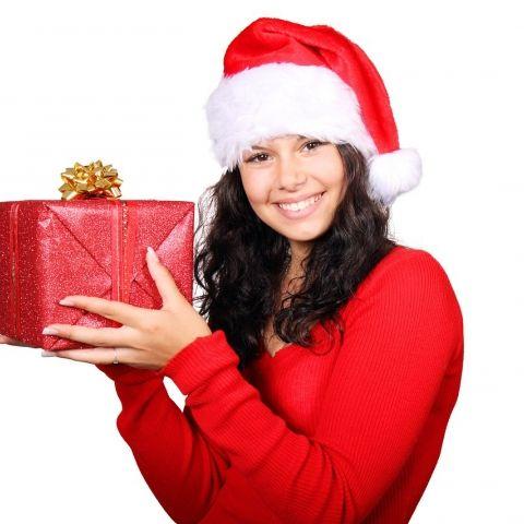 De meest sfeervolle tijd van het jaar staat voor de deur, met zijn gezelligheid, warmte en kerstkadootjes. Tuinen en huizen worden versierd met glanzende lichtjes, gewone ramen omgetoverd tot besneeuwde blokhut-ruitjes. De eerste kerstkaarten vallen al op de mat. Nu de boom nog versieren, dan mogen de kerstkadootjes er alvast onder. Gezellig!  Doe inspiratie op voor de leukste kerstkadootjes! Lees meer:   http://www.allzorg.nl/n40/Kerstkadootjes