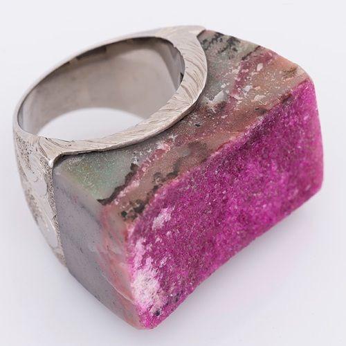 Anillo en plata 925 con labrado artesanal, sostiene una piedra de cobalto rosado (Talla 8 ½). RE002 Precio COP $1.074.000 Contactanos www.makla.co. Ring / Cobalt / Sterling Silver