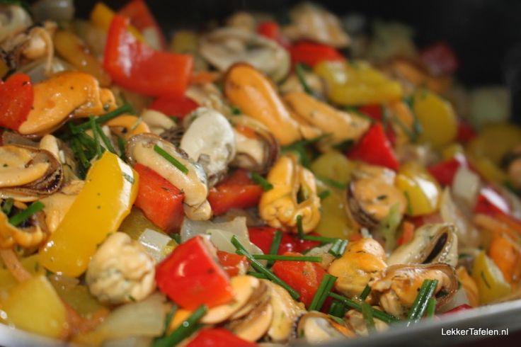 gebakken mosselen met paprika en ui
