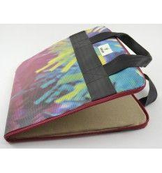 Housse ordinateur portable fabriquée à partir d'anciennes banderoles qui coloraient les façades en Finlandes et de ceintures de sécurité réutilisées - Marque Globe Hope