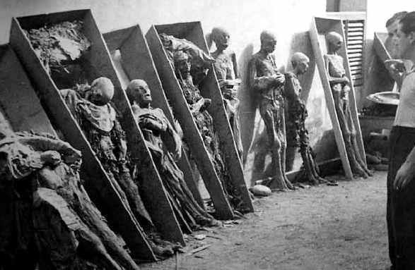 Mòmies al convent de les Saleses, al passeig de Sant Joan de Barcelona, el 19 de juliol de 1936