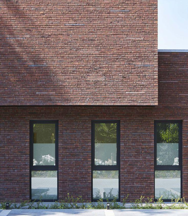 """""""Monumentale rode beuken bepaalden ontwerp en materiaalkeuze."""" - Architect Johan Arnout, Zwevegem - Terca Classo Blauw-rood Genuanceerd en Terca Wasserstrich Special E1"""