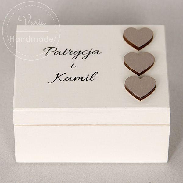 pudełko na obrączki w kolorze ecru z serduszkami
