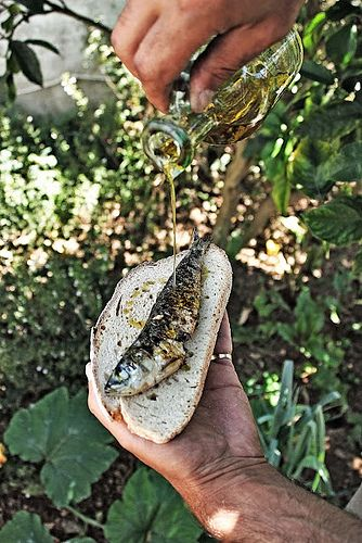 Roasted Sardines Portuguese style: this is how you eat it... (^-~) #Portuguese_food #Portugal
