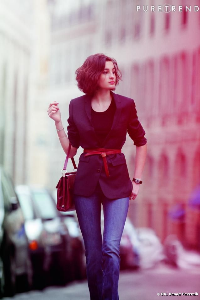 Nine d'Urso incarne la Parisienne nouvelle génération : Blazer ceinturé, manches retroussées et jean, un savant mélange d'élégance et de décontraction.