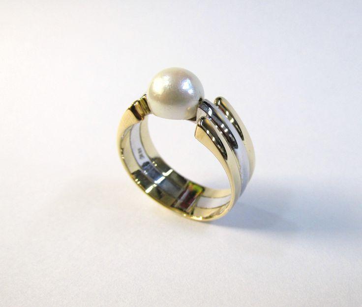 Anillo en 2 oros de 18k con perla legitima  con Moderno diseño especial para realsar La Perla  Joyas Marcel JOYAS MARCEL Duran Joyeros, Bogotá.  #hechoamano #joyeria #hermosasjoyas #Colombia #duranjoyerosbogota #compracolombiano #anillosconperla