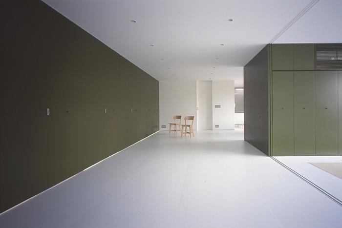『コンセント』空間を最大限確保した廊下がない住まいの部屋 白とオリーブグリーンが調和するLDK