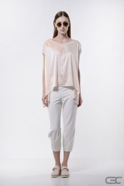 http://cbcdesign.ro/en/shop/top-baby-powder/ Oversized top from misty rose voile with misty rose eco leather insertion on the front side. With its loose design and playful fabric combination, it suits every body shape. For a well-balanced look, we recommend wearing it with tighter bottom items.
