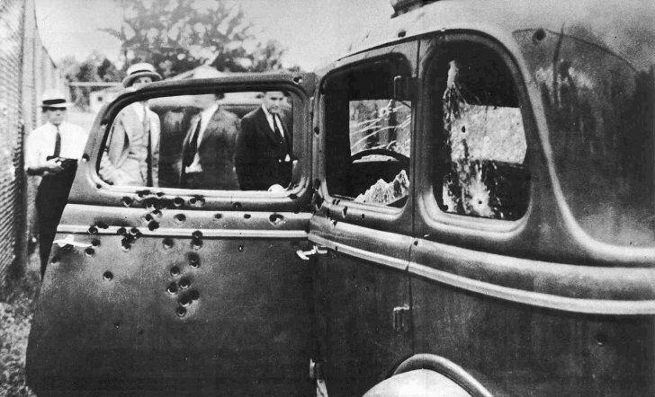 El automóvil utilizado por los famosos bandidos Bonnie y Clyde cuando fueron abatidos. Testigos que presenciaron el tiroteo dicen haberse quedado sordos durante unas horas debido a la tremenda metralla.