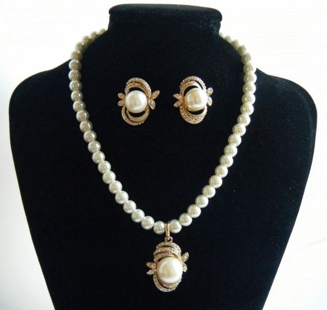 New Faux Wedding Pearl Gold Toned Trim Necklace Earring Bride Jewelry Set Gift #bride #bridal #bridaljewelry #bridalnecklace #bridalbling #prettybride #fashionjewelry #necklaceearringsset #wedding #bride #weddingfashion #weddingjewelry #wedding #bridalaccessories