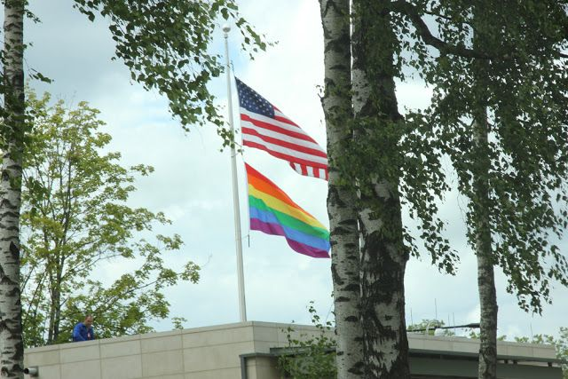 """http://ledyaev.blogspot.com/2015/06/blog-post_75.html """"Два флага над посольством США, вместо привычного одного. Когда я это увидел, не поверил своим глазам. Я, честно, был в шоке!!! Зачем так? Расписываться за всех. Такой нелепый, такой абсурдный камин аут. Узнав об этом, отцы- основатели перевернулась бы в гробу"""", - старший пастор церкви """"Новое поколение"""" Алексей #Ледяев."""