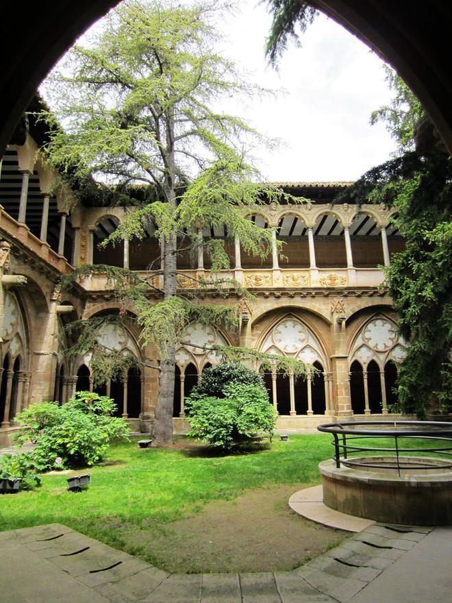 Claustro del Monasterio de Santa María de Veruela en Vera de Moncayo: Zaragoza Spain