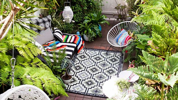 Potted #plants and bright accessories transformed this courtyard into a little piece of paradise. #outdoorliving #Australia