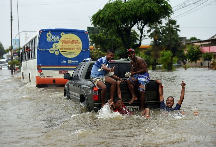W杯ブラジル大会(2014 World Cup)グループGのドイツ対米国の試合が行われたブラジル北東部レシフェ(Recife)で、豪雨のため冠水した道路を車で移動する人々(2014年6月26日撮影)。(c)AFP/Emmanuel DUNAND ▼27Jun2014AFP|ブラジル・レシフェで豪雨による洪水、W杯ドイツ対米国戦の直前 http://www.afpbb.com/articles/-/3018976 #Recife #Flood