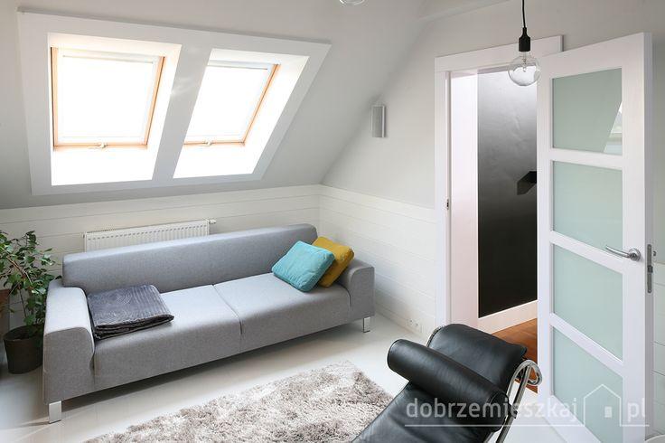 Pokój wypoczynkowy  wyposażony w szafą prostą sofę i skórzany czarny szezlong  proj Le Corbusier' a