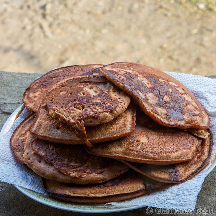 Pancake soffici con farina di castagne uova uvetta e pinoli. Una vera delizia.....attenzione danno dipendenza.....uno tira l'altro. La ricetta la trovi qui: http://dietagrupposanguigno.it/libri/libro-le-ricette-del-dottor-mozzi-volume-2/ - Foto di Gianfranco Negri