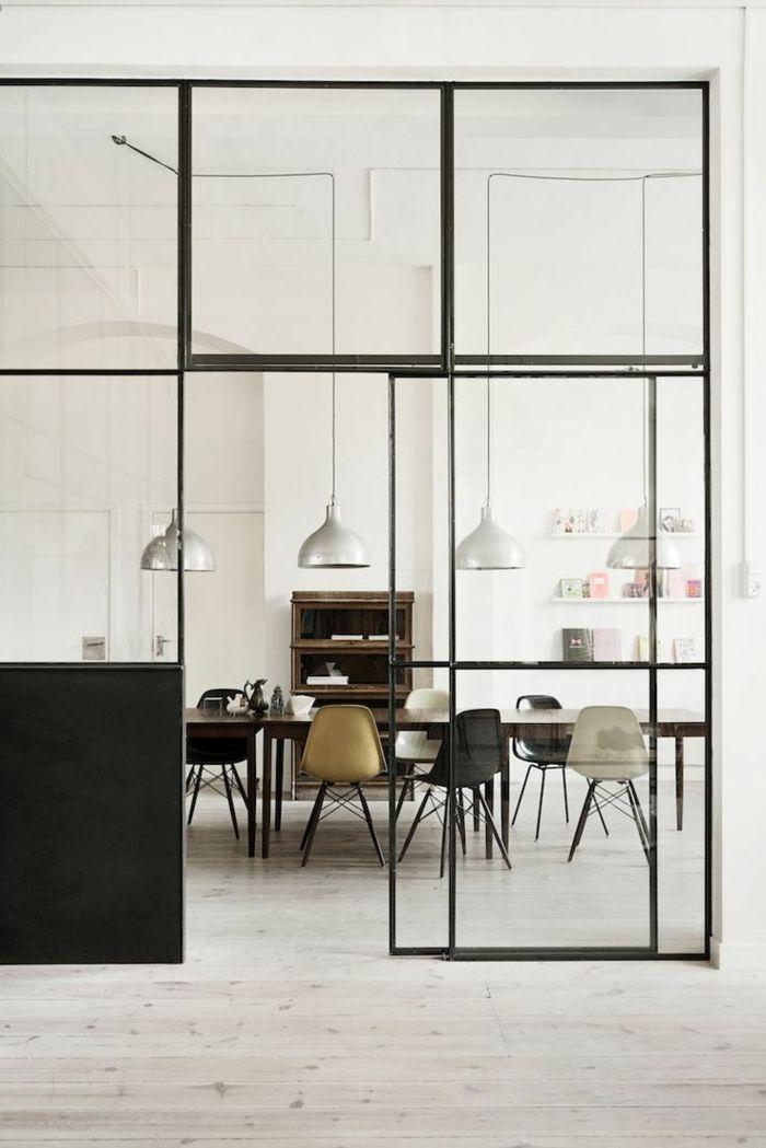 paravent d'intérieur en verre et fer, meubles de séparation, sol en parquette clair en bois