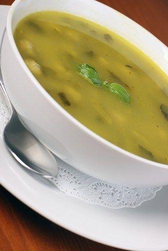 Сливочный суп из курицы со шпинатом, сельдереем и зеленым горошком