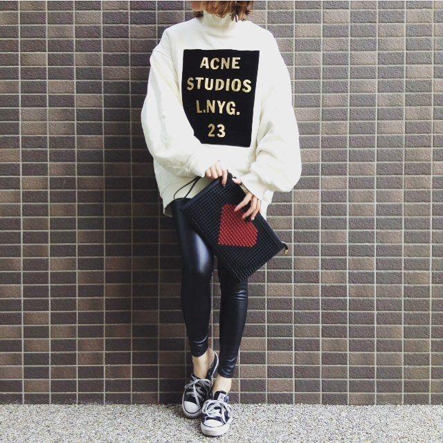 outfit♡  *  今、冷蔵庫にオロナミンC80本、野菜生活30本くらいある  好きなものはとことんのthe 型いい眺め〜ニヤニヤ  *  *  #outfit#ootd#fashion#coordinate#today#me#followme#acne#acnestudios#dholic#converse#dholic#AILA#onlineshop_AILA#コーディネート#コーデ#今日#今日のコーデ#アクネ#スウェット#コンバース#スニーカー#レザーレギンス#ディーホリック#クラッチ#クラッチバッグ#スタッズ#❤️#ハートスタッズbag