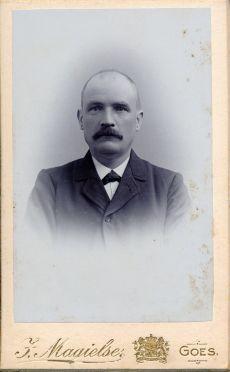 211. Michiel Petri, hoofdonderwijzer Geboren 04-11-1863 te Renesse Gehuwd met Adriaantje Willemijntje van den Berge