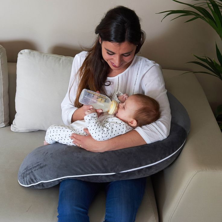 Le coussin de maternité Multirelax en jersey triangles blanc et gris de la marque Candide est un coussin de maternité aux multiples fonctions. Il pourra être utilisé pendant la grossesse, lors de l'allaitement, ainsi qu'en tant que transat pour bébé.