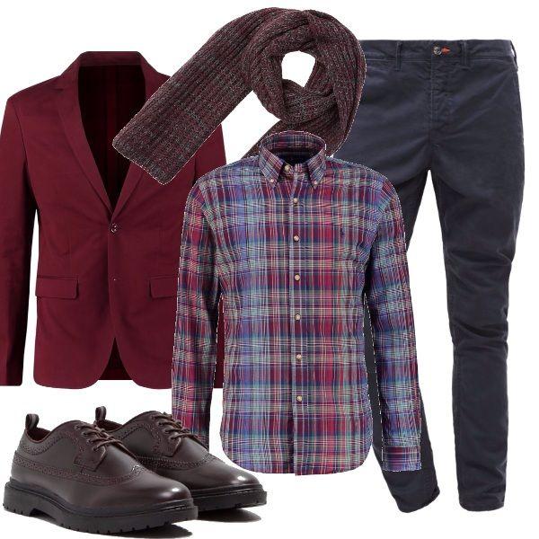 Outfit per tutto il giorno, chino blu, abbinato a camicia a quadri blu e bordeaux, giacca due bottoni, stringate e sciarpa abbinate, perfetto sia in ufficio che a una cena informale.