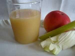 Centrifugato di mela, carota, finocchio e limone. Sapore buono. Il finocchio aumenta la diuresi. ♣ ♣ ♣
