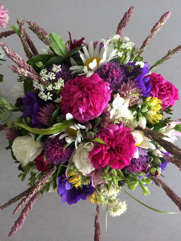Brudebuket bundet af blomster fra have og grøftekant / Informal wedding bouquet with garden and wild flowers