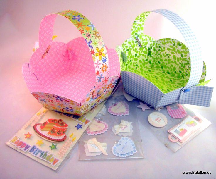 Unas cestas de papel con unas pegatinas