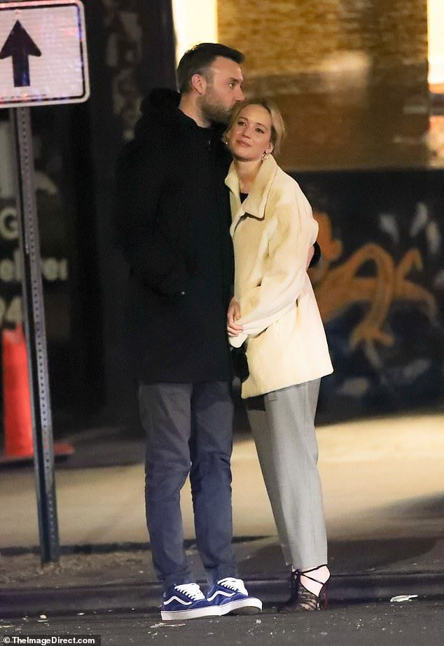 Jennifer Lawrence S New Fiance Cooke Maroney Sweetly Kisses Her Head Jennifer Lawrence Jennifer Lawrence Style Jennifer