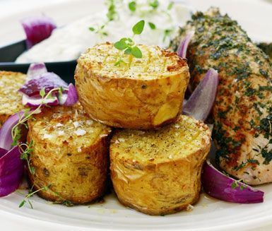 En smakfull kalkon med grekisk ton får du genom att rulla kalkonfilén i oregano, timjan och persilja innan den steks i ugn. Servera med vitlökspenslad bakpotatis och en röra av tzatziki och fetaost samt lite stekt rödlök.