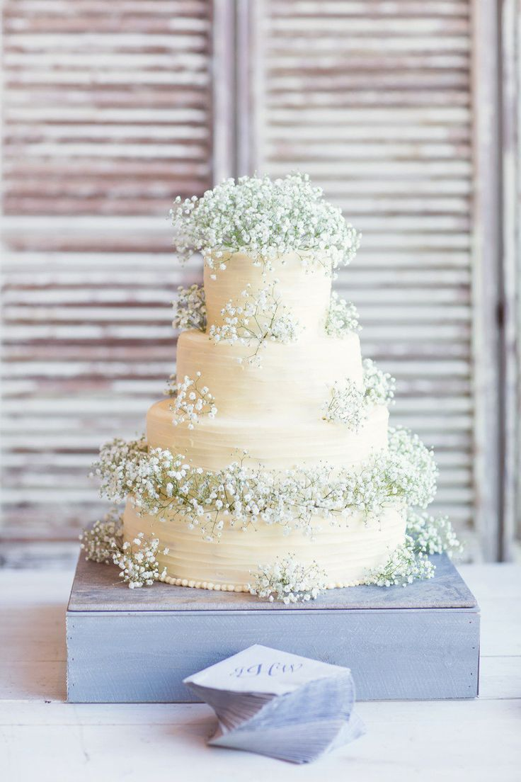 Baby breath on wedding cake | Half Orange Photography