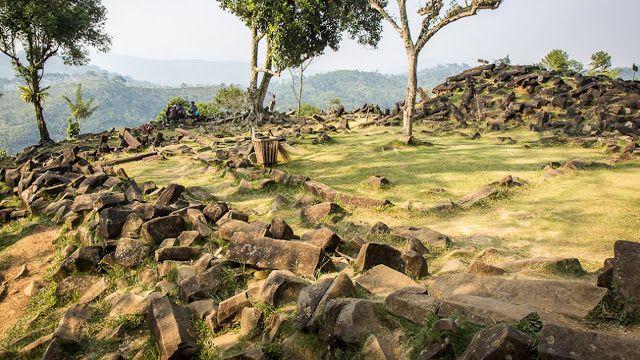 Gunung padang yang terletak di kabupaten Cianjur ini menjadi bukti peradaban kuno yang cukup maju untuk menciptakan keajaiban dunia kuno terbesar.