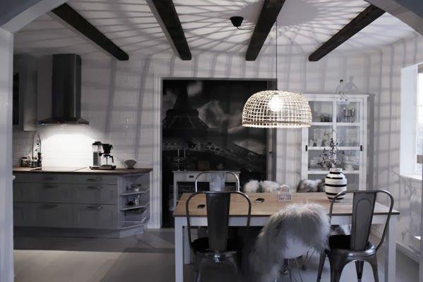 matsal, skuggor av lampa, watt & veke, korglampa, taklampa, inspiration lampor, svarta och vita fårskinn, kök, inredningstips, inreda matsal, vit parkett, svarta och vita detaljer i inredningen, trärena detaljer, tips, inspiration, kähler, omaggio, träbalkar i taket, grått kök, vitt kakel