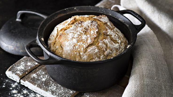 Rapea joulupataleipä valmistuu ilman vaivaamista, kun annat sen kohota rauhassa yön yli. Tämä resepti n. 0,80€/annos*.