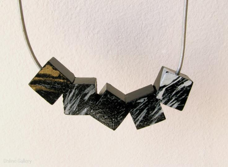 colier-cuburi-negru-alb-auriu