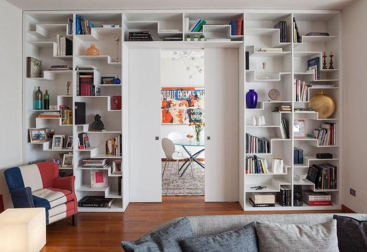 Custom-Made Bookcase Irregular Pattern. Made in Italy by Semprelegno artisans. Design Living Room Furniture Ideas. Libreria su misura. Ispirazione arredo soggiorno. Mobili zona giorno. Libreria design eseguita dagli artigiani della falegnameria Semprelegno.