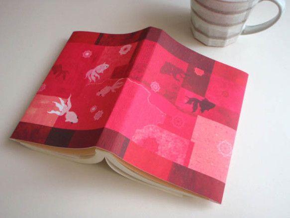 文庫本サイズのペーパーブックカバーです。(*^-^*)きれいな真紅のなかを泳ぐ金魚が可愛いです♪【長さ】390mm×153mm【素材】紙|ハンドメイド、手作り、手仕事品の通販・販売・購入ならCreema。