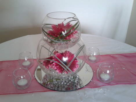 Fish Bowl Centerpiece. Sponsored Links. Fish bowl centerpieces make up very quickly using an Oasis florist foam ring and flowers. You must measure the diameter of the glassware you are going to use to be sure of buying the right size ring.