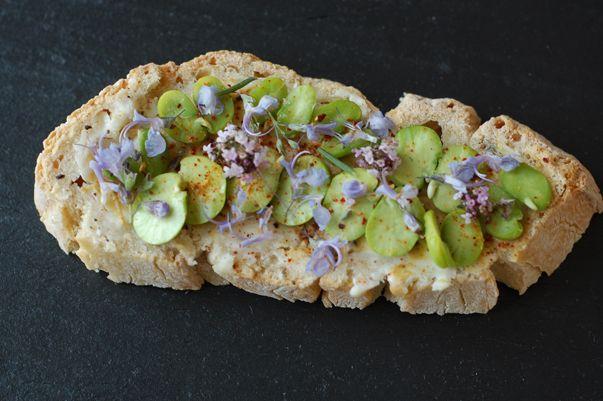 Tartine de fèves aux parfums de fleurs de thym et romarin