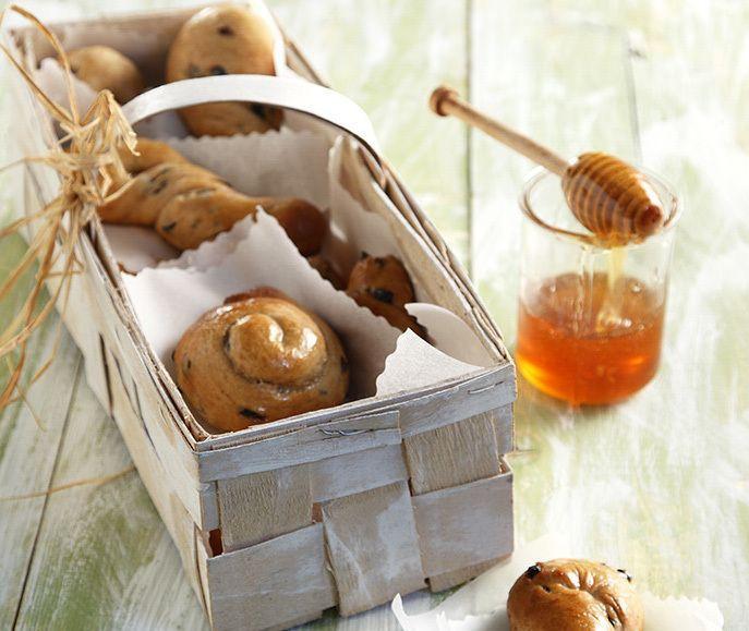 Σταφιδόψωμα από τον Άκη Πετρετζίκη! Μια σπιτική, νόστιμη συνταγή για σταφιδόψωμα με μίξερ ή χωρίς μίξερ για να φτιάξετε το πιο τέλειο σνακ. Θα το λατρέψουν όλοι