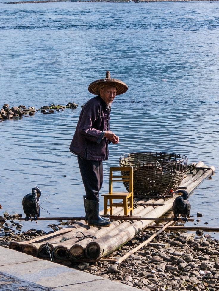 Chinese oude man gaat vissen met aasgolvers.
