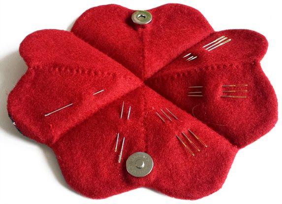 needle, naalden, naald, nädel, naaldenlap, naaldenetui, granny square, naaien, sewing, nähen, etui, case, opbergen, opruimen, tas, zelf maken, diy, stof, fabric, stoffen, beschrijving, tutorial, clover, bloemen, blume, flower, haaknaalden, naalden, naaiset, haakset, needle, crochet, haken, hekling, tejido, handwerkjuffie, stephanie haytink, handwerken, babushka, matroesjka, opbergetui, jampot, haken, patroon, potten haken, haakpatroon, jar, crochet, pattern,