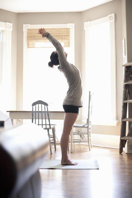 垂れ胸&猫背を改善する「背中ストレッチ」をご紹介します。無理せず続けられる簡単な内容で、リラックス効果も抜群です! ぜひ取り入れてみてください。