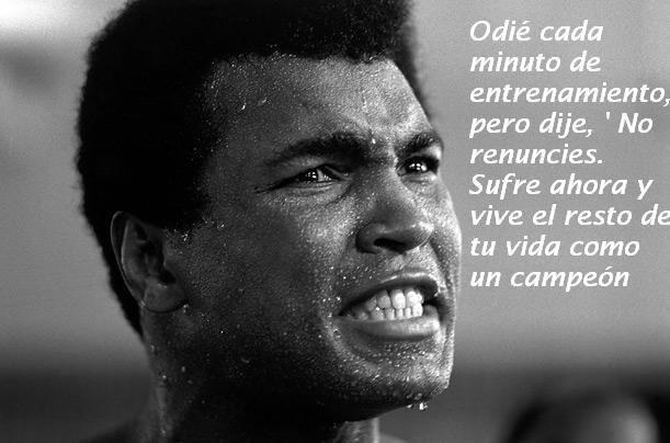 """Odié cada minuto de entrenamiento pero dije """"No renuncies. Sufre ahora y vive el resto de tu vida como un campeón"""" - Muhamad Ali #Inspirandote"""