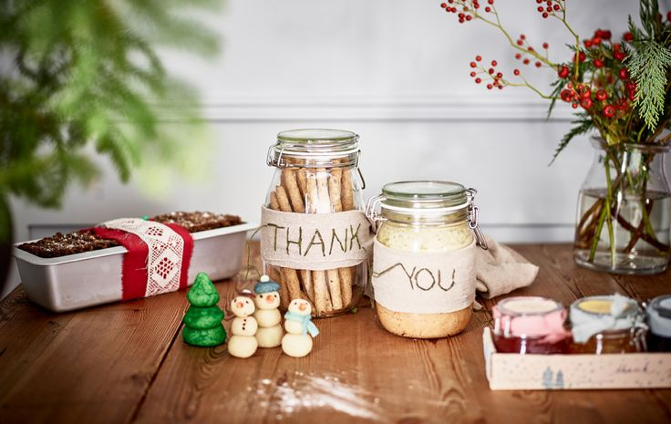 Jednoduché vianočné darčeky pre hostiteľov, ako čerstvo upečený chlieb, džemy, marcipánové figúrky a dózy s humusom a chlebovými tyčinkami.
