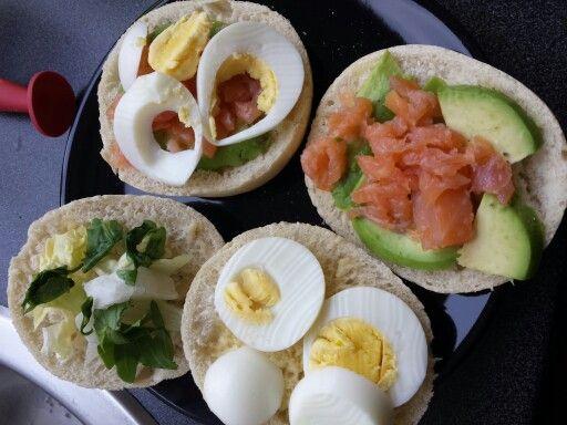 Avocado, ei, zalm snipperd, sla, peper/wat citroen sap en brood #lunch